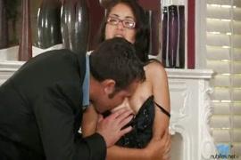 Chicas espiadas y acosadas sexualmente cuando limpian las casas de los jefes