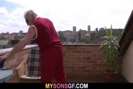 Mujer haciendo caca en banos publicos