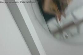 Mujer metiéndose un pepino en el lano 3g mÓvil gratis